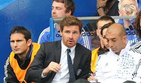 Lampard (trái, ảnh trên) ngồi buồn trên bắng ghế dự bị.
