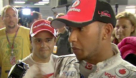 Massa tiến tới châm chọc Hamilton.