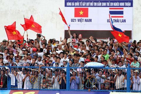 Khán giả Ninh Thuận cuồng nhiệt với U21 Việt Nam. Ảnh: Hùng Kha.