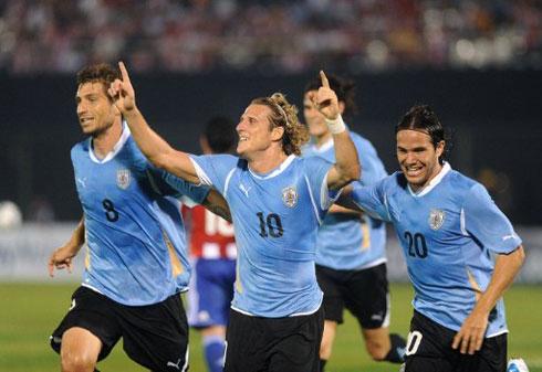 Đã 32 tuổi, nhưng Forlan vẫn đóng vai trò quan trọng và có ảnh hưởng rất lớn ở tuyển Uruguay. Ảnh: AFP.