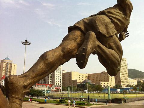 Bức tượng Liu Changchun ở sân vận động Đại Liên. Ảnh: NYT.