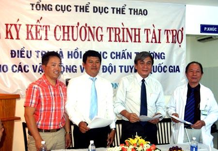 Trưởng đoàn TTVN dự SEA Games 26 Lâm Quang Thành (thứ hai bên phải) nhận sự hỗ trợ trong việc chữa trị chấn thương cho các tuyển thủ quốc gia từ các doanh nghiệp xã hội.