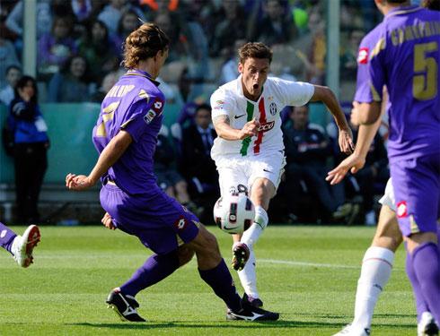 Juventus (áo trắng) bất bại trước Fiorentina suốt ba mùa gần nhất. Họ thắng hai trận và để Fiorentina cầm hòa bốn trận.