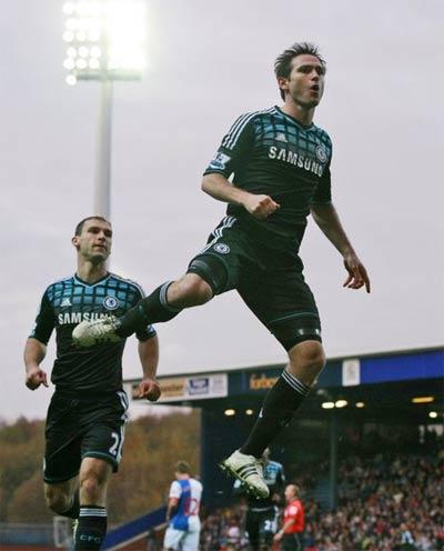 Lampard mừng bàn thắng.