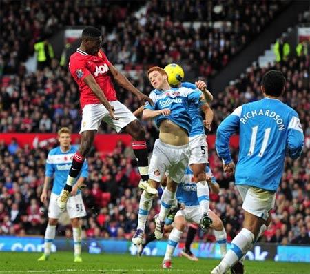 Tình huống đem đến bàn thắng cho Man Utd. Brown là người đeo áo số 5.