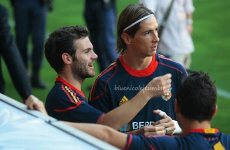 Mata (trái) và Torres song hành ở cả lâu lạc bộ lẫn đội tuyển tây Ban Nha.