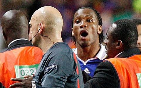 Ovrebo suýt bị Drogba hành hung cuối trận bán kết Chelsea - Barca năm 2009. Ảnh: AP.