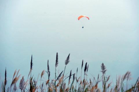 Trang bị ấm trong điều kiện lạnh giá trên cao, người bay vẫn có thể thoải mái lơ lửng ngắm một khung cảnh đồi núi hoang sơ cùng mây mù bao phủ.