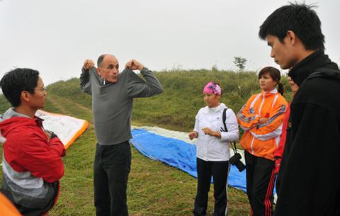 Anh Phillip, một thầy giáo người nước ngoài đang hướng dẫn kỹ thuật và từng động tác cất cánh cho các học viên.