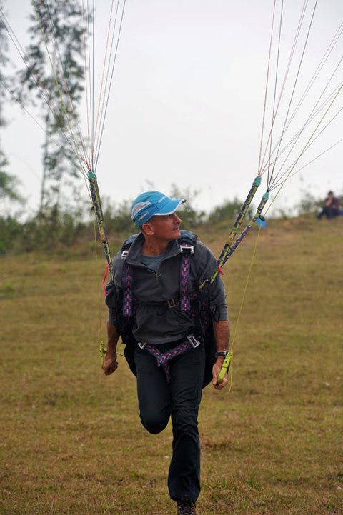 Khác với môn nhảy dù từ máy bay của những người lính quân đội hay dù máy thường thấy trong các buổi biểu diễn lớn, dù lượn là môn được cất cánh từ trên cao. Những người chơi ở Việt Nam và nhiều nước khác thường chọn đỉnh núi là nơi xuất phát.