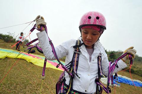 Quỳnh Anh, một trong 2 cô gái đang làm thủ tục chuẩn bị bay. Địa điểm được chọn cho các học viên bay là đồi Bù, xã Nam Phương Tiến, huyện Chương Mỹ (Hà Nội), có độ cao 640 mét so với mặt nước biển.