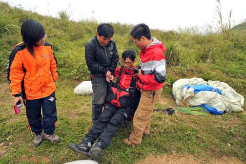 Thao tác thử ngồi trên đai trước khi bay. Theo anh Việt Hà, một người có kinh nghiệm bay dù lượn đã nhiều năm, để bay được cần phải có gió. Tốc độ gió tốt thường khoảng 4-5 m/s.