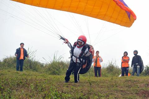 Việc nữ giới ở Việt Nam bay dù lượn hay dù nhảy không còn xa lạ nhưng tại lớp học của CLB Vietwings thì đây là lần đầu tiên.