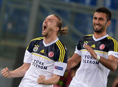 Erkin ăn mừng bàn thắng gỡ hòa 1-1 cho Fenerbahce