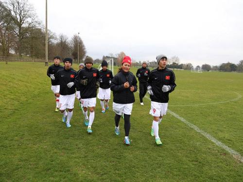 U19 Việt Nam hưng phấn trên sân tập của tuyển Anh