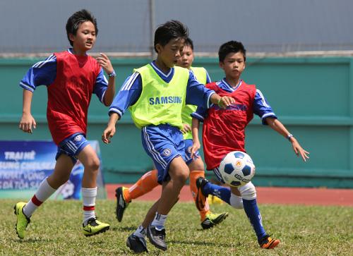 Trẻ em Việt thích thú dự trại hè bóng đá