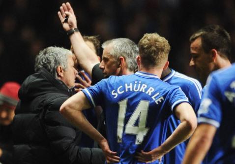 Mourinho tố trọng tài Foy trù dập Chelsea