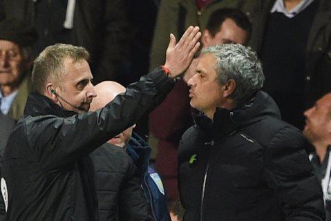 Mourinho đối diện án cấm chỉ đạo