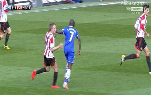 Sao Chelsea tát đối phương ngay trước mặt trọng tài