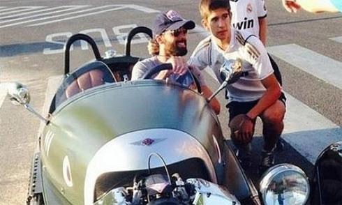 Sao Real Madrid cưỡi siêu xe cổ đến sân tập