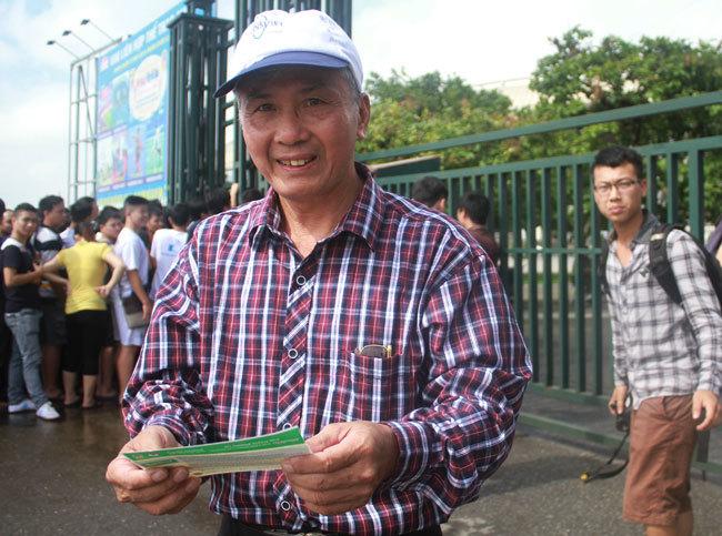 Cụ ông từ Lạng Sơn xuống Hà Nội mua vé xem U19 Việt Nam