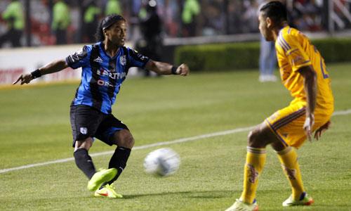 Ronaldinho đá hỏng phạt đền trong trận trình làng ở Mexico