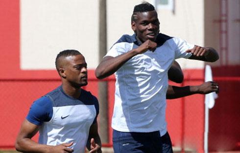 Ferguson từng nhờ Evra tác động để giữ Pogba