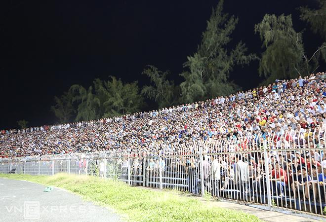 Khán giả Cần Thơ đu cây xem đội bóng của bầu Đức thi đấu