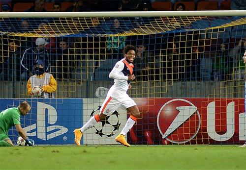 Luiz Adriano san bằng kỷ lục ghi bàn của Messi