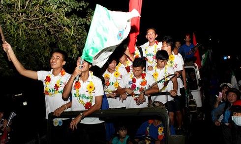 U19 HAGL rước Cup ngay trong đêm ở Pleiku