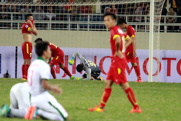Việt Nam 2-2 Indonesia: Công làm thủ phá
