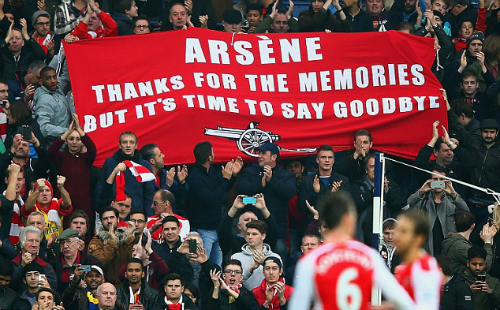 CĐV Arsenal giăng băng rôn muốn Wenger từ chức