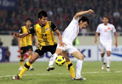 Cầu thủ Malaysia nắn gân tuyển Việt Nam