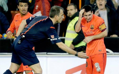 CĐV ném chai nước vào Messi bị cấm đến sân vĩnh viễn