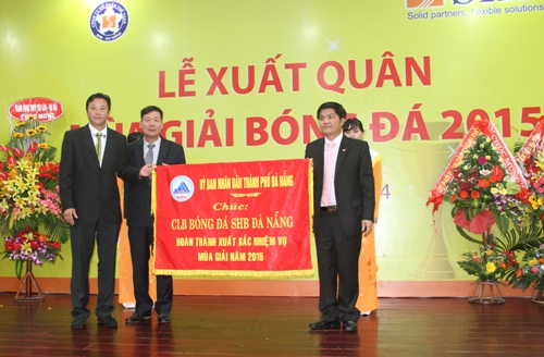 HLV Huỳnh Đức (phải) đặt mục tiêu vào top ba V-League 2015 bất chấp nửa đội hình toàn cầu thủ sinh từ năm 1992 trở lên.