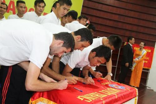 Các cầu thủ Đà Nẵng ký lên cờ quyết thắng trong buổi lễ xuất quân trước mùa giải mới.
