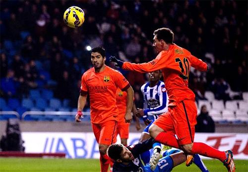 Messi lập hat-trick giúp Barca bám sát Real