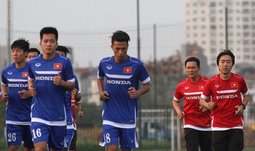 HLV Miura (phải) hài lòng về tinh thần tập luyện của các cầu thủ. Ảnh: Lâm Thoả.