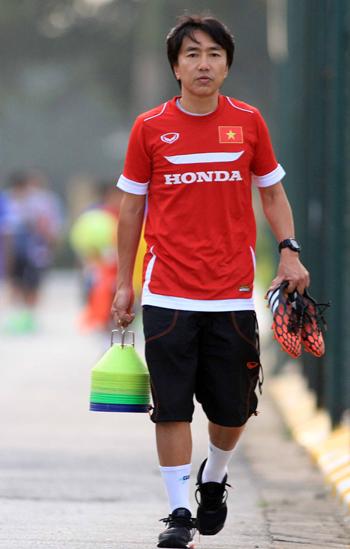 HLV Miura sớm cho các cầu thủ bắt tay vào tập luyện. Ảnh: Lâm Thoả.