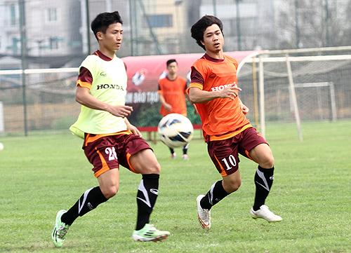 Tiến Dũng (trái) và Công Phượng sẽ là đồng đội của nhau trong giai đoạn lượt về V-League 2015. Ảnh: Lâm Thỏa
