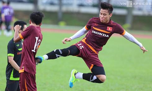 Cầu thủ Olympic Việt Nam nghịch đòn 'kungfu' trên sân tập
