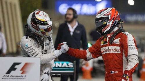 Raikkonen (phải) gần như không có khả năng để đánh bại Hamilton. Ảnh: Formula 1.