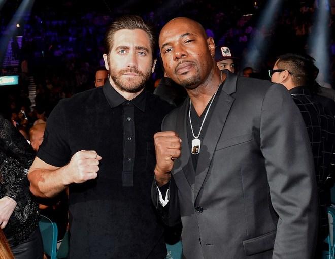 """Diễn viên Jake Gyllenhaal (trái) đến từ sớm để chụp anh với bạn bè. Bộ phim tên tuổi gần nhất anh tham gia là """"Nightcrawler"""", được đề cử giải Oscar 2015 hạng mục Kịch bản xuất sắc."""