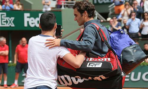 Federer bực vì CĐV vượt rào, chụp ảnh không xin phép