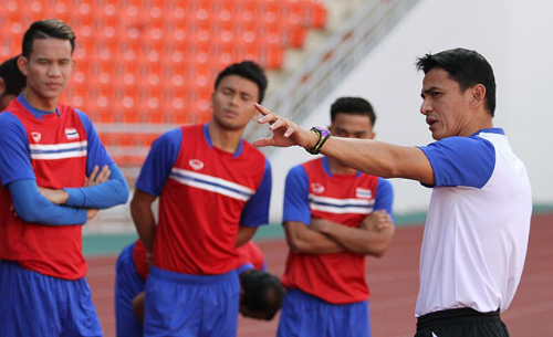 Kiatisuk gọi điện hàng ngày chỉ đạo U23 Thái Lan