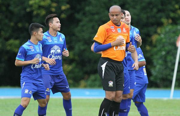 Trợ lý Promrut Choketawee (áo cam) không muốn tung quân chủ lực đá với U23 Việt Nam khi cả hai đội đã vào bán kết. Ảnh: Lâm Thoả