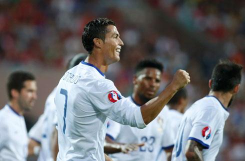 Ronaldo lập hat-trick, Bồ Đào Nha tiến gần Euro 2016