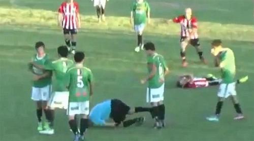 Cầu thủ đấm trọng tài bất tỉnh trên sân