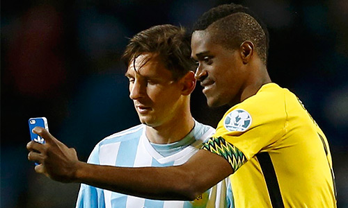 Tiền đạo Jamaica bị chỉ trích vì xin chụp ảnh cùng Messi