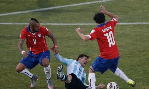 May mắn và lối chơi bạo lực giúp Chile lên đỉnh Copa America